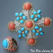 П-774. Комплект из броши-кулона и кольца от американского дизайнера Кеннет Джей Лэйна(см.раздел Имена). Ювелирный сплав с позолотох, кабошоны.