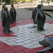© Traudi - Pinguinkolonie - Die bronzene Skulpturengruppe besteht aus 14 Kaiserpinguinen.