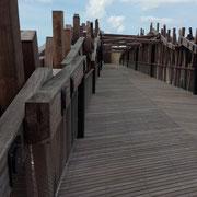 Die neue Brücke über Küstenstrasse und Tramschienen direkt zum Strand