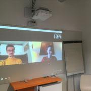 Coaching projet innovant par Skype dans la salle de réunion des bureaux de Montignac