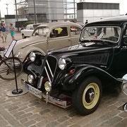 Oldtimer-Show auf dem Flohmarkt im Rheinauhafen