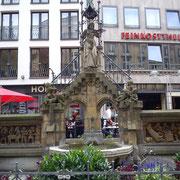 Der Heinzelmännchenbrunnen setzt den fleißigen Kölner Helfern ein Denkmal