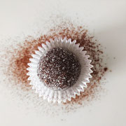 Ganache au tiramisu agrémentée d'une coque de chocolat noir et de sucre.