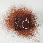 Praline à base de praliné enrobée de chocolat noir.