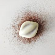 Praline à base de feuillantine, au chocolat blanc.