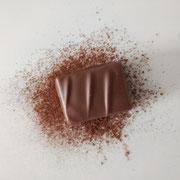 Praline à base de praliné biscuit, au chocolat au lait.