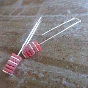 Boucles d'oreille longues carrés argent et pvc rouge