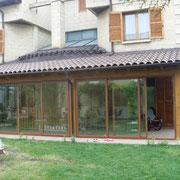 Porche con techo de madera y teja