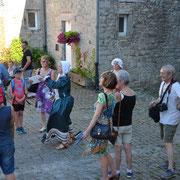 Visiteurs et animatrice dans la cour - Ecomusée du Viroin