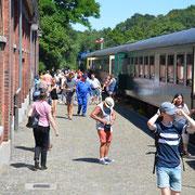 Descente du train à vapeur - Gare de Treignes