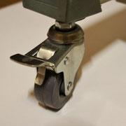重量物用キャスター付きなので、どんな床面でも移動がらくらく。安全ストッパーがついています。