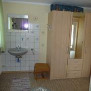 Waschbecken u. Schrank im neuen Einzelzimmer