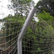 Das Netz wird auf dem Rücken der Alustange mit einer Schraube befestigt.