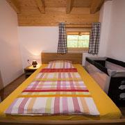 2. Schlafzimmer mit Kinderbett