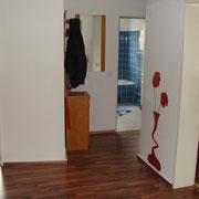 Flur mit Blick auf Küche, Badezimmer und rechtsseitig Wohnzimmer sowie Schlafzimmer