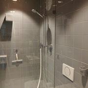 grosszügige Dusche mit viel Bewegungsfreiheit