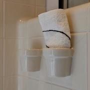 Zahnbecher verschmelzen mit Badezimmerplatten