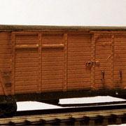 Der geschlossene Güterwagen mit Bremserbühne.