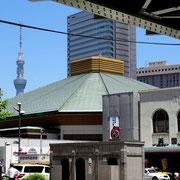 総武線のガード下からの眺め / 両国駅と国技館の屋根、日大一高と第一ホテル両国と東京スカイツリー