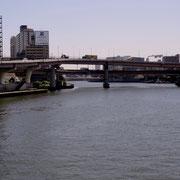 両国橋から墨田川下流を眺める / 首都高両国JCT・潮の香りとともに川面を涼しい風がわたってきます