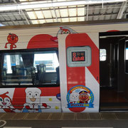 高松駅7番線ホームに到着した「いしづち10号」