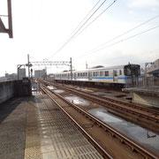 今治駅3番線ホームに入線する103M列車松山行