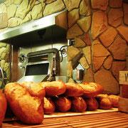 スペインの職人手作りの石窯でパンを焼いています