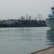 Der hafen der russischen Schwarzmeerflotte gleicht einem Schiffsfriedhof