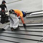 ⑤現況の上から防水シート、SGL鋼板を重ねます。