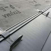 ⑦左上がルーフィング材(防水シート)、その上側に貼るSGL形成鋼板。