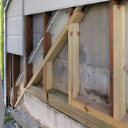 ⑦木材の取替え中。このあと、防蟻剤も塗布します。
