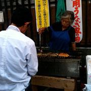丑の日には「観音食堂」でおばちゃん、焼き売りしとります。