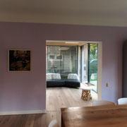 zicht vanuit woonkamer naar tuinkamer