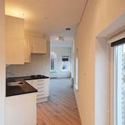 zicht vanaf keuken naar woonkamer