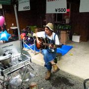 スタッフゆうたもギターを弾きます