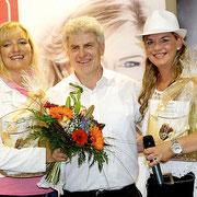Birgit Langer & Andrea Schönecker mit dem E-Center Schönebeck