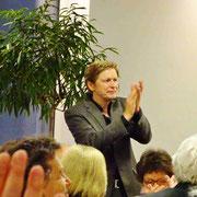 Bei der Nachfeier applaudiert Herr Vaask dem Chor