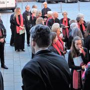 Der Konzertchor sammelt sich vor der Kirche