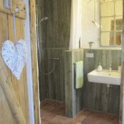 Die großzügige, bodenebene Dusche