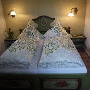 Kuschelige Bauernbetten im Schlafzimmer