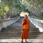 Mönch vor einem Tempel
