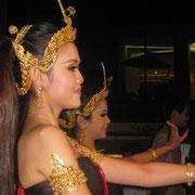 Tänzerinnen an Bord
