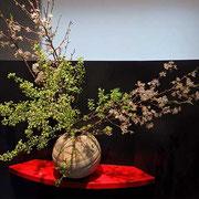 「米倉」は、季節の花々の美と共に—