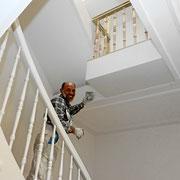 Holzhandlauf im Treppenhaus sanieren und streichen