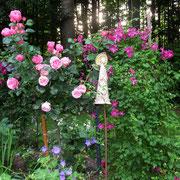 Rosen und Clematis empfangen Sie