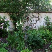 Vogelhaus mit Begleitstauden