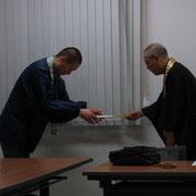 谷所長直々に新事務局員3名に委嘱状を手渡していただきました。