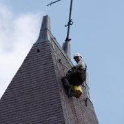 Suspendu entre ciel et terre, le couvreur se fait alpiniste
