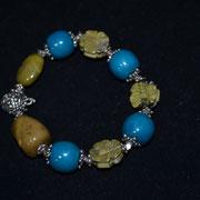 Gummizug Armband aus Kunststoff Perlen und Metall in Petrol/Olivgrün/Altsilber. Preis: 2,00 €