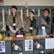 奥さん中村文恵さん(右)も当日パンフレット作り、受付など大きな力を貸してくれました
